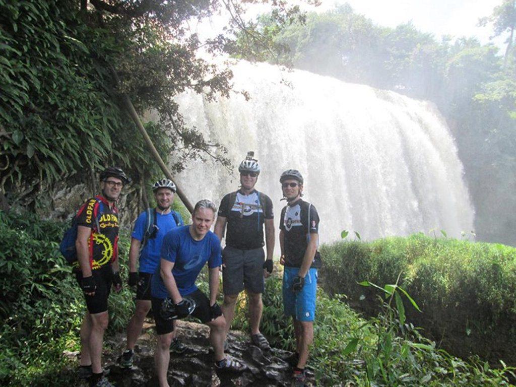 Phượt thủ u50 người úc vi vu khắp Việt Nam bằng xe đạp