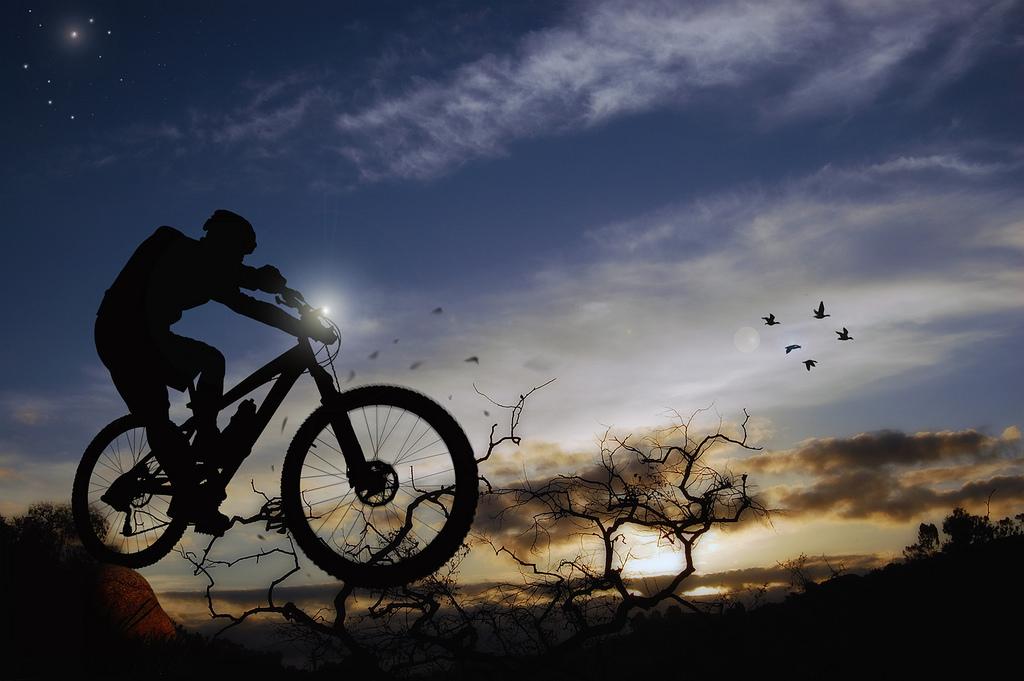 Biker sử dụng đèn xe đạp để tiện di chuyển khi trời dần tối