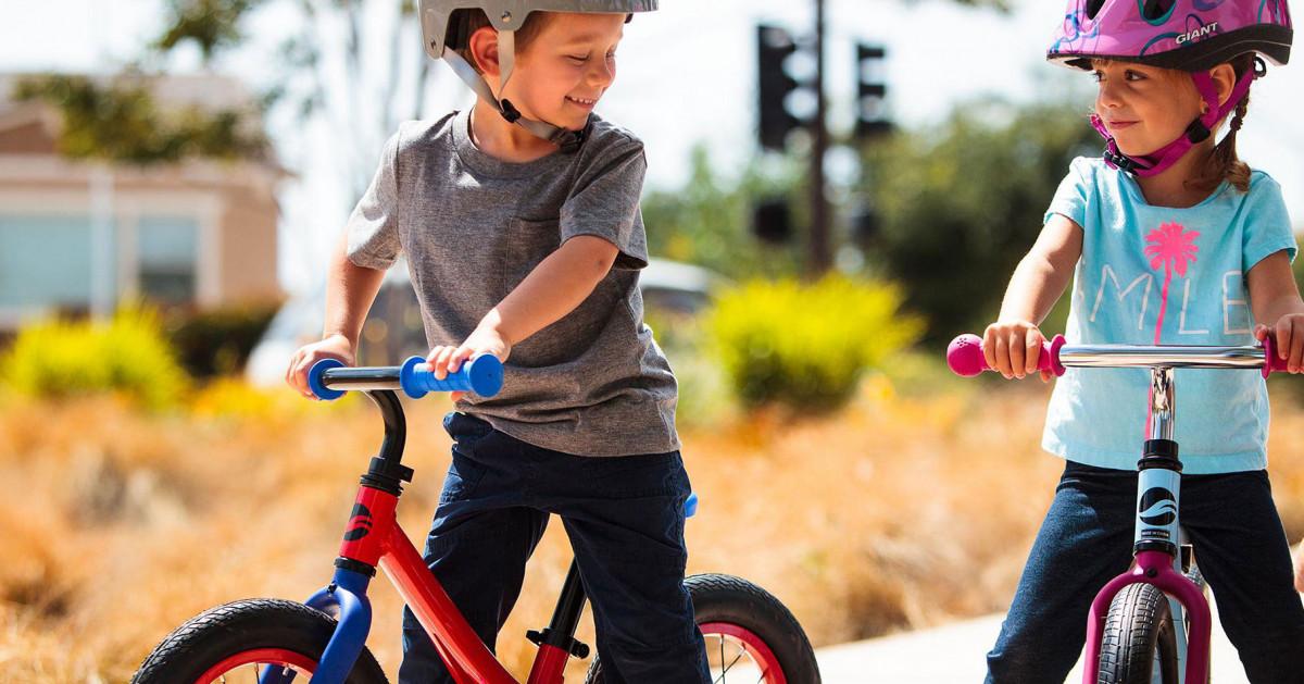 Các con hào hứng khi lái xe đạp 3 bánh trẻ em cùng bạn