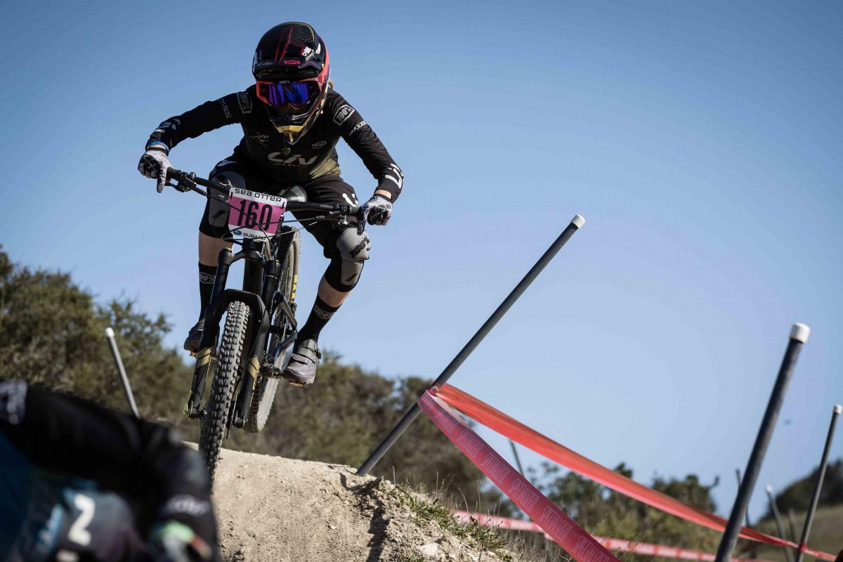 Tay lái nữ mua xe đạp để sử dụng leo núi trong thi đấu