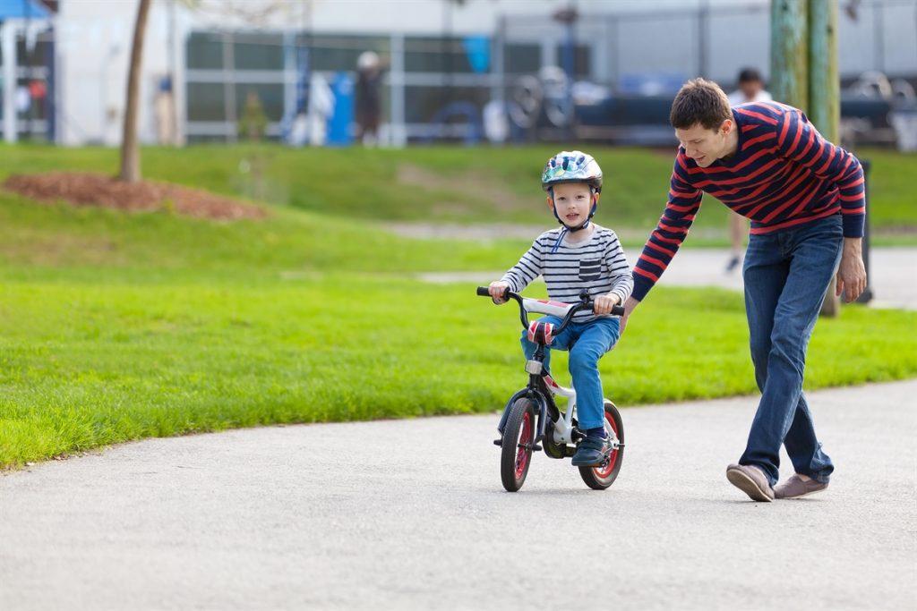 Ba mẹ cần làm gì để con tự tin trên chiếc xe đạp trẻ em?