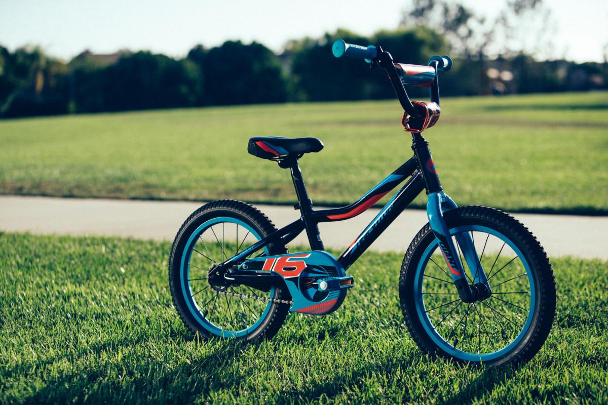 Xe đạp địa hình trẻ em màu đen cá tính dành cho bé trai