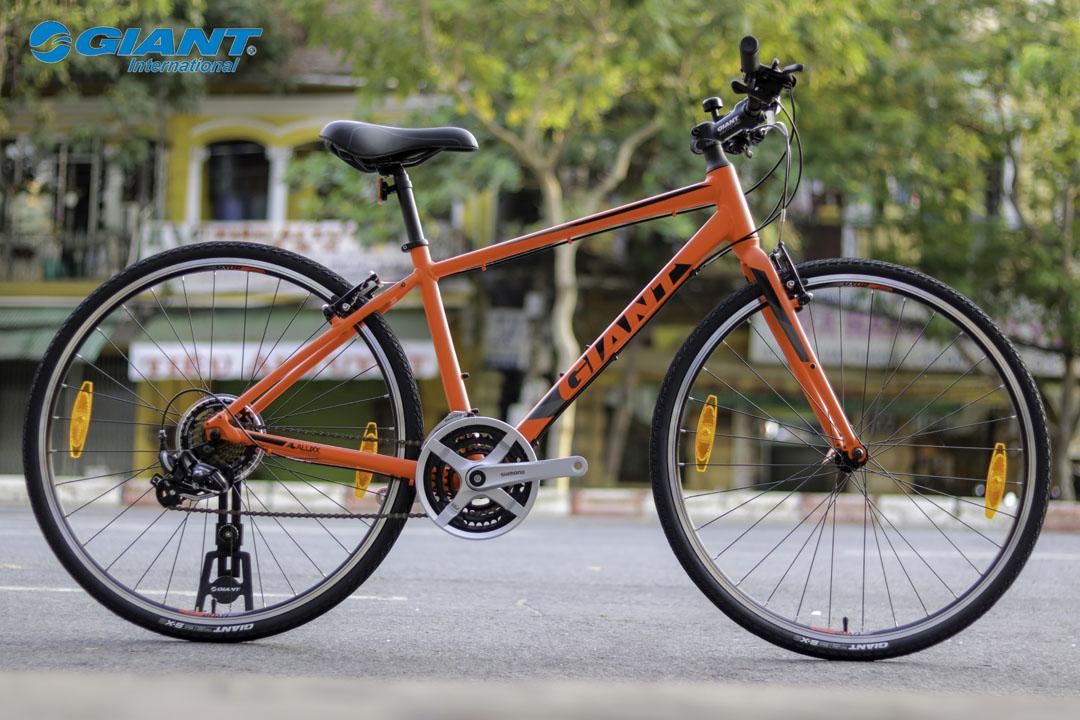Xe đạp đường phố Giant Escape 3 phiên bản màu đỏ nổi bật giữa phố phường