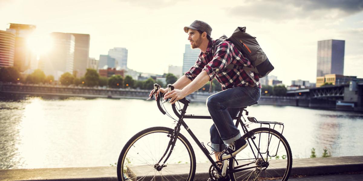 Chạy xe đạp đi làm vào buổi sáng bình minh