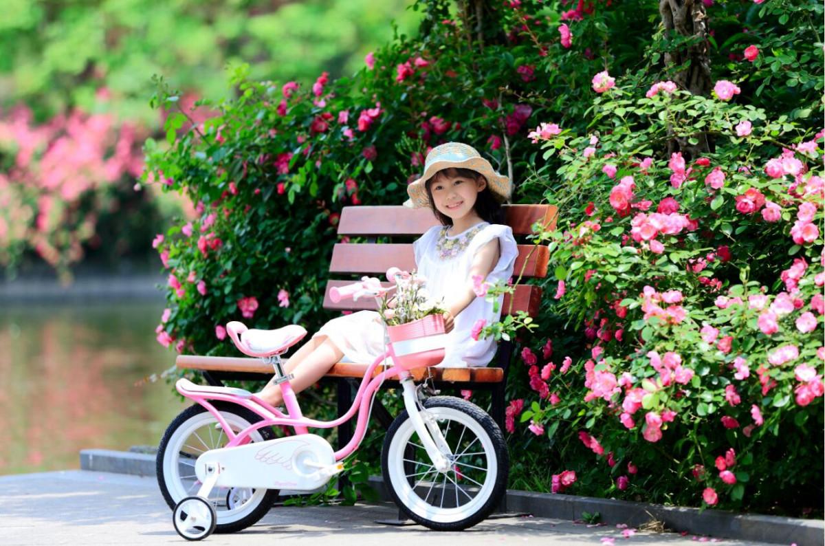 Bé thích thú với chiếc xe đạp trẻ em xinh xắn