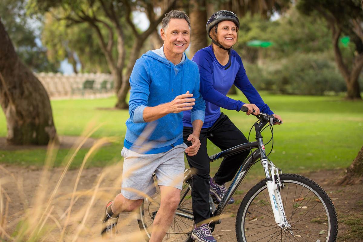 Tập thể dục mỗi sáng bằng cách chạy bộ và chạy xe đap