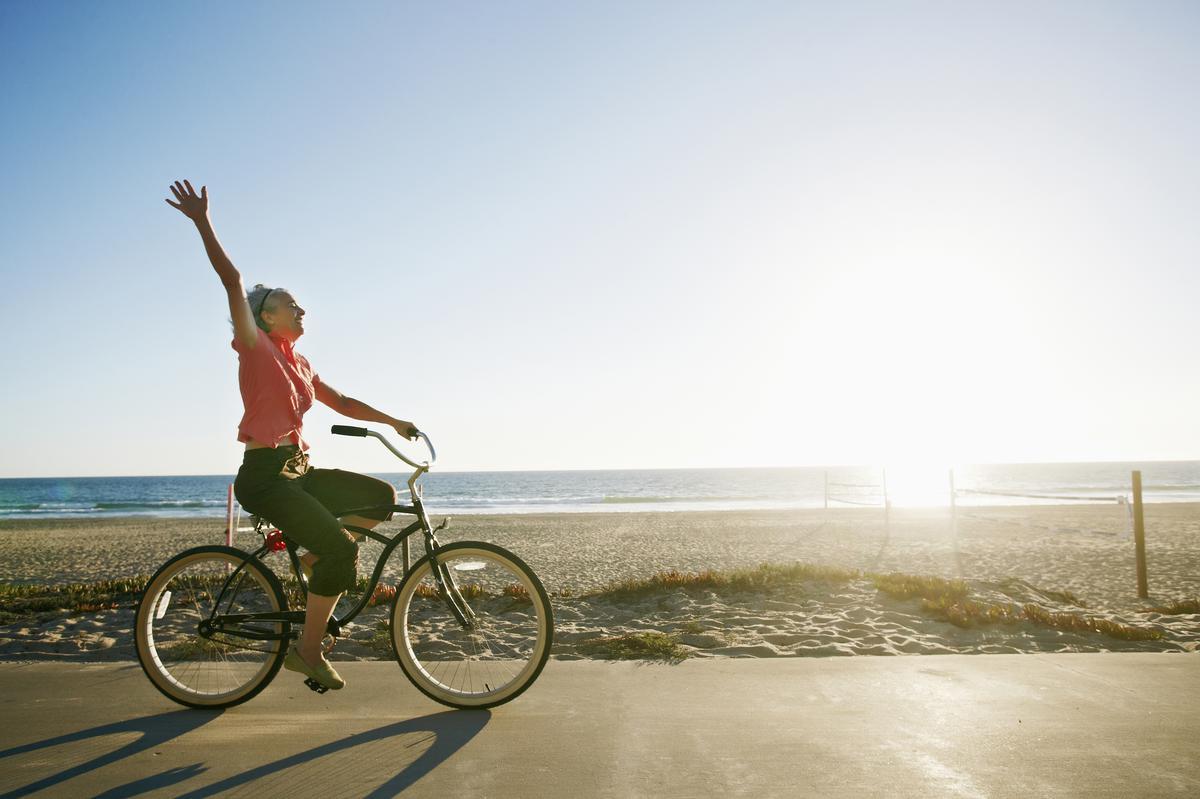 Chạy xe đạp đón bình minh trên biển đem lại sự vui tươi cho người đạp