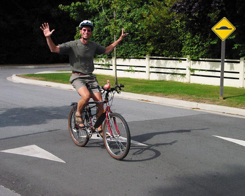 Một anh chàng vui sướng khi tập được kỹ thuật lái xe đạp không cần dùng tay trên xe đạp thể thao