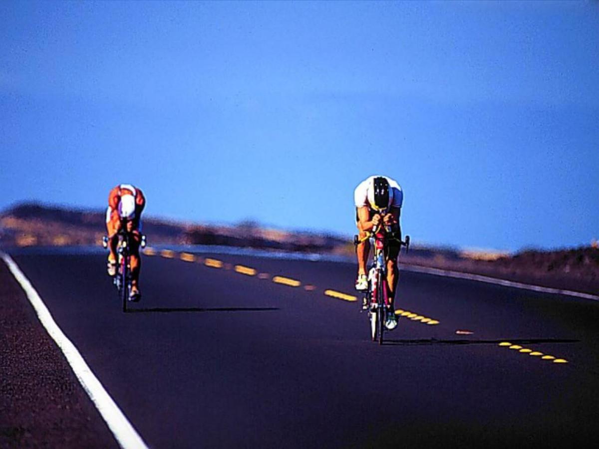 Tay đua hạ trọng tâm cơ thể để giảm sức cản của gió trên xe đạp road