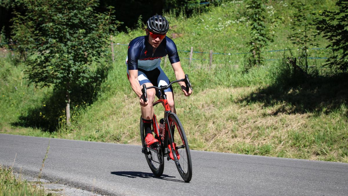 Người đi xe đạp road mặc quần áo bó sát để giảm sức cản của gió