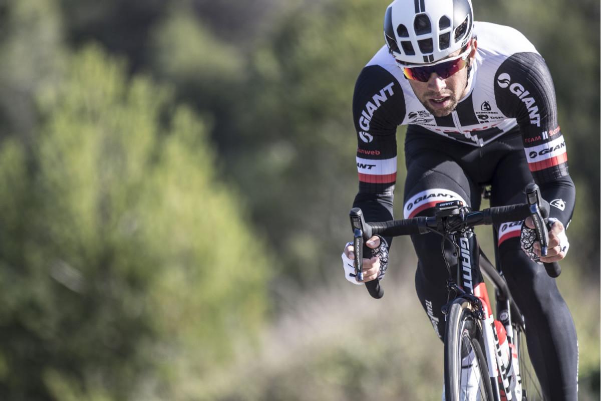 Vận động viên chuyên nghiệp Michael Matthews lái xe đạp road TCR Advanced Pro Team