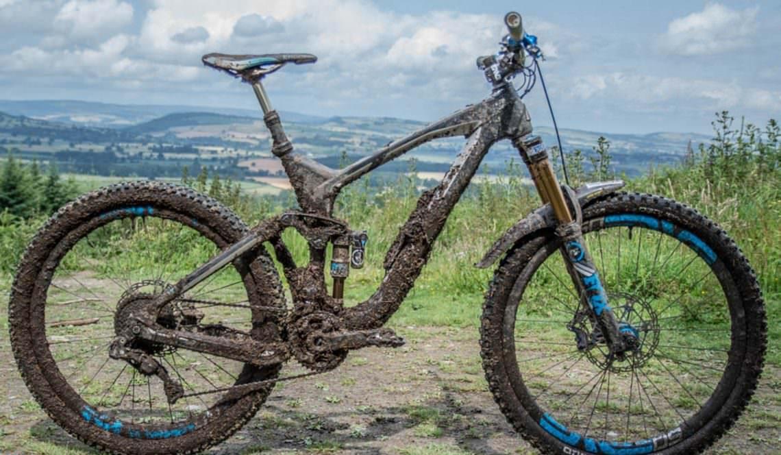 Chiếc xe đạp địa hình cũ dính đầy bùn đất