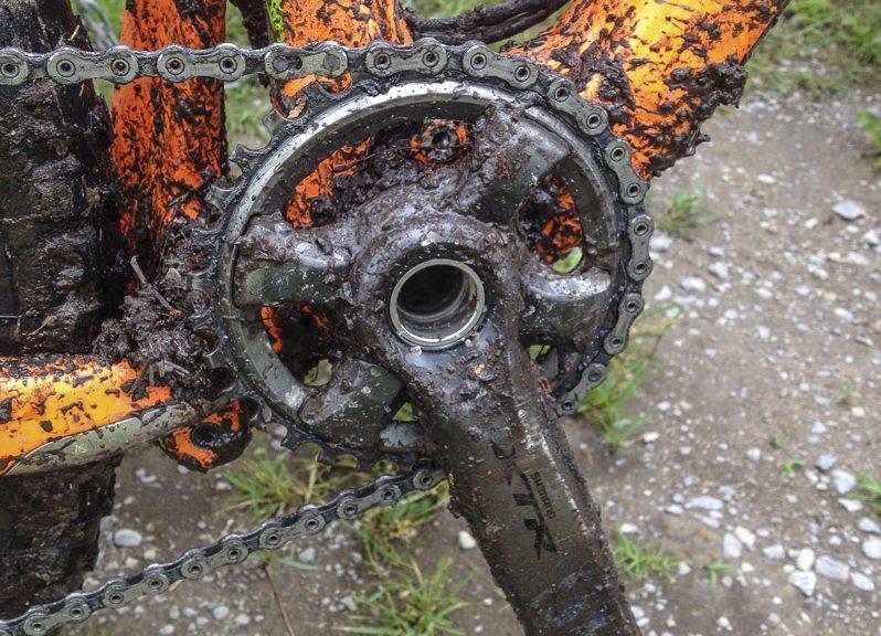 Giò dĩa xe đạp địa hình cũ là khu vực bám rất nhiều bùn lầy