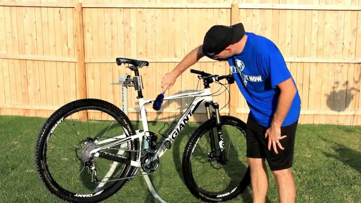 Dùng cọ lông mềm chà sạch bùn trên xe giúp xe đạp địa hình cũ sạch hơn trông thấy