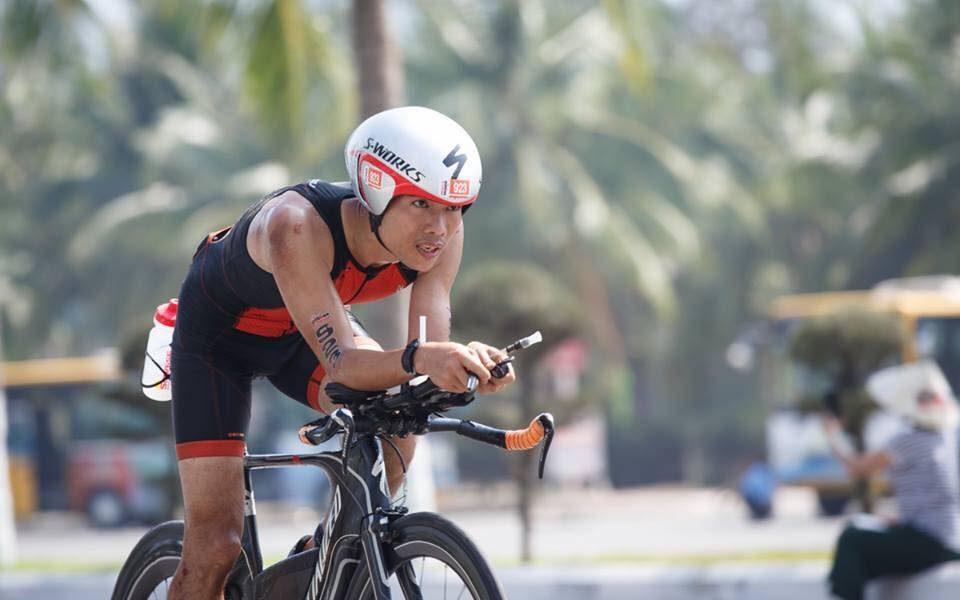 Cao Ngọc Hà dốc hết sức đạp xe về đích trong cuộc thi Ironman 70.3 Việt Nam