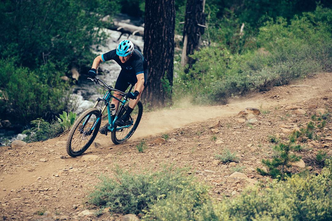 VĐV leo dốc một cách chuyên nghiệp cùng xe đạp leo núi
