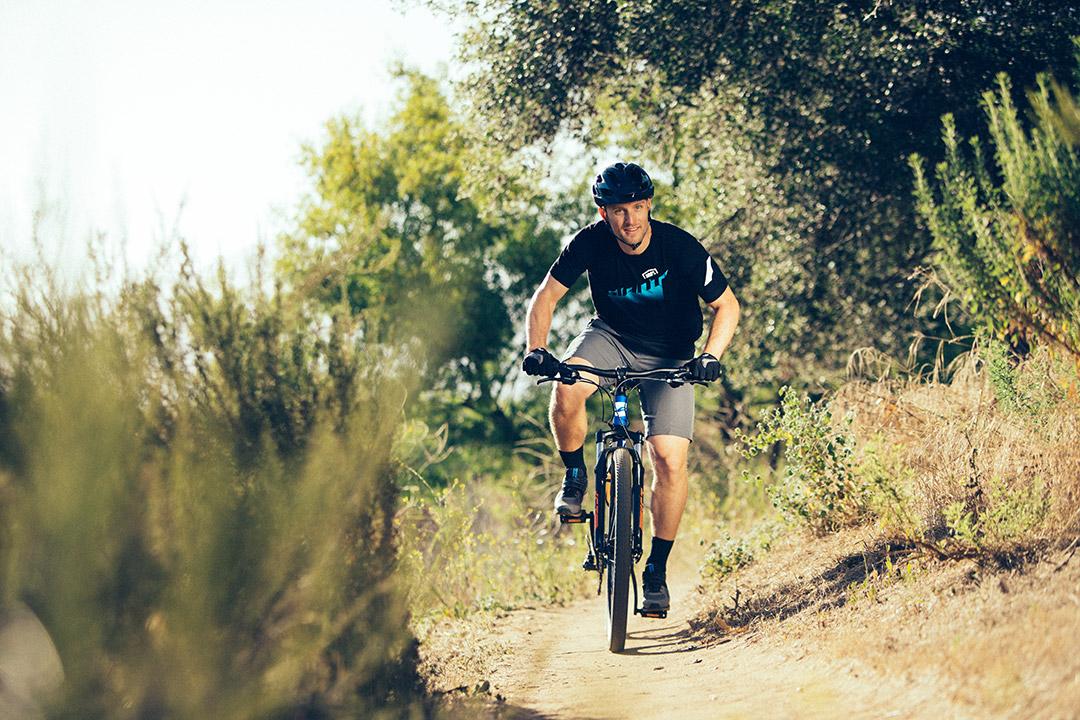 Tay lái tập luyện để tăng cường độ bền cùng xe đạp leo núi