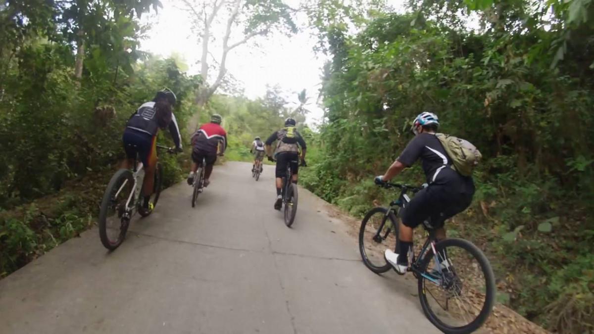 Các VĐV cùng nhau đạp xe vào rừng tập luyện
