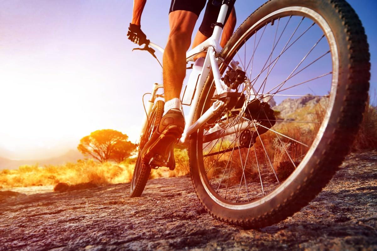 VĐV chú ý đến guống chân trong quá trình tập luyện cùng xe đạp leo núi