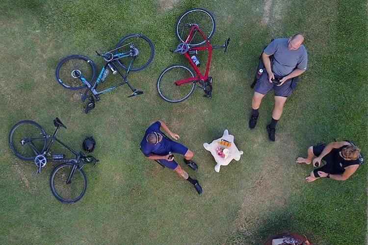 Những người bạn ngồi tâm sự với nhau về cuộc đời và những chiếc xe đạp thể thao