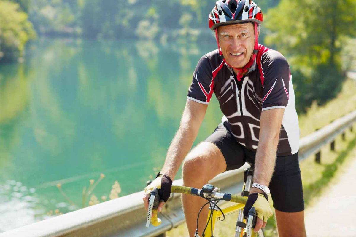 Người đàn ông lớn tuổi tự tin trên chiếc xe đạp thể thao của mình