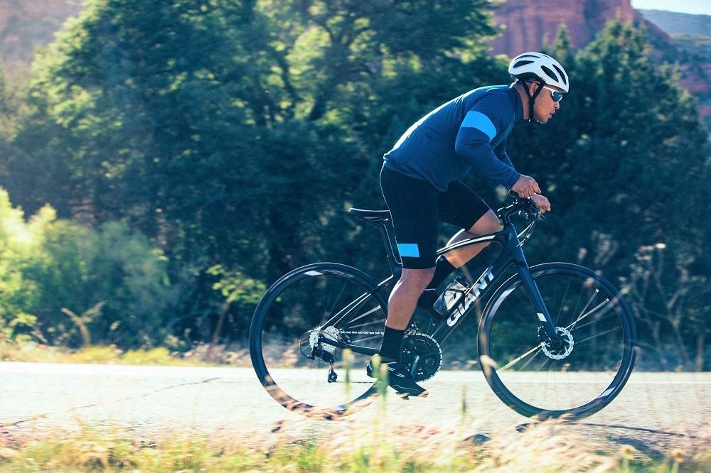 Một tay lái đang đạp xe đạp thể thao Giant Fastroad rất hăng say