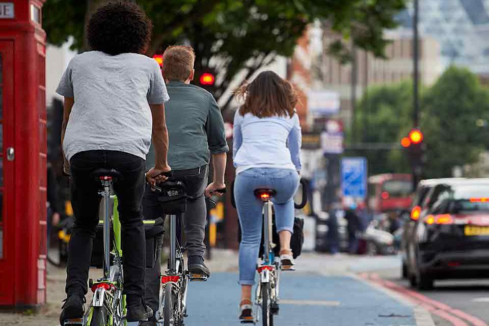 Người lớn đi xe đạp gấp trông thật phong cách