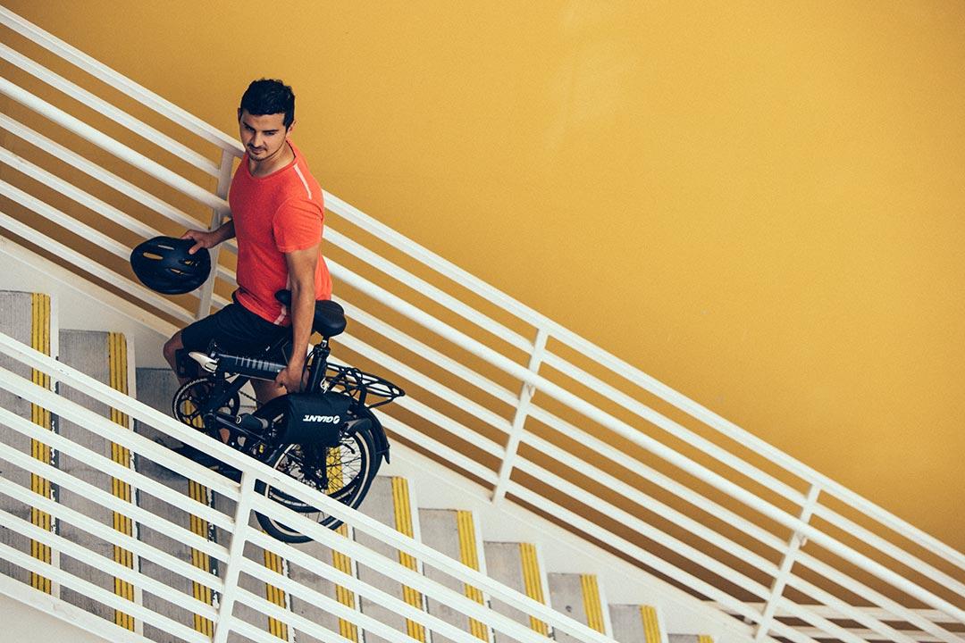 Xe đạp gấp được mang lên cầu thang một cách dễ dàng