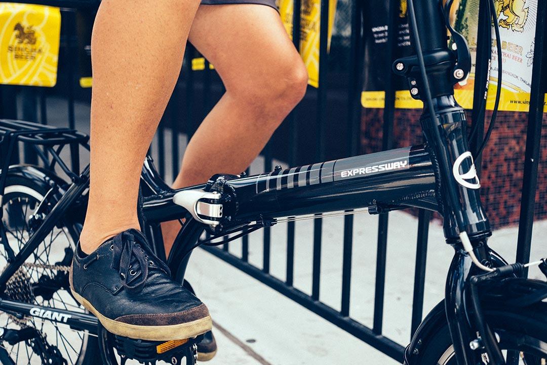 Vị trí chân tương đối thẳng khi đặt lên bàn đạp xe đạp gấp