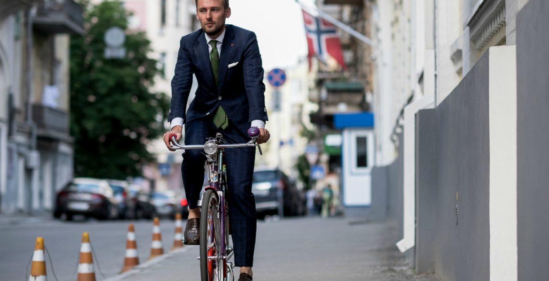 """Mặc đồ """"vest"""" vẫn thoải mái đạp xe đi làm"""