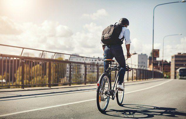 Đạp xe với tốc độ vừa phải tốc để hạn chế mồ hôi
