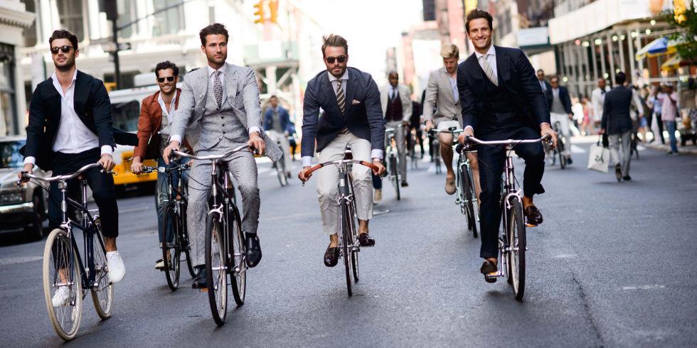 Những chàng trai vui vẻ đạp xe đến văn phòng