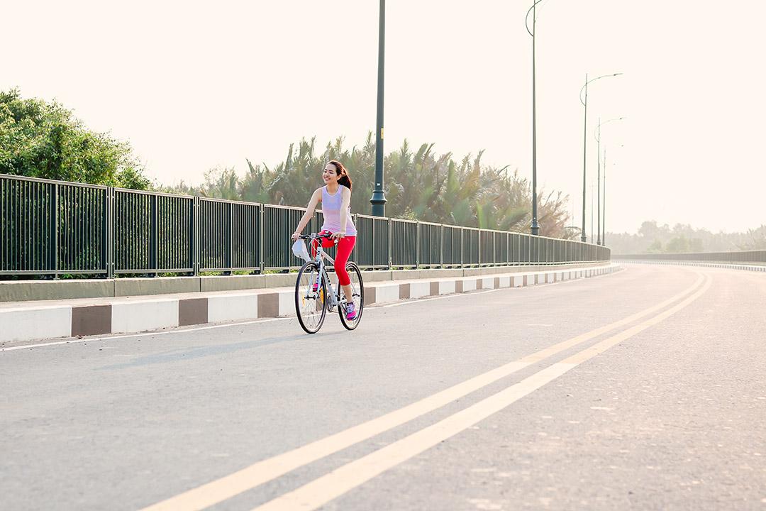 Cô nàng khởi động bài tập đạp xe đạp nữ đẹp nhẹ nhàng và một cách chậm rãi