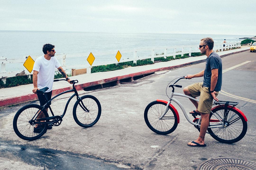 Hai người bạn lái xe đạp để tập thể dục buổi sáng tăng cường sức khỏe