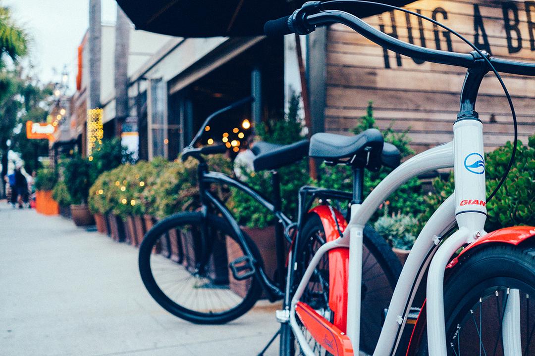 Xe đạp chiếm một diện tích nhỏ trên vẻ hè