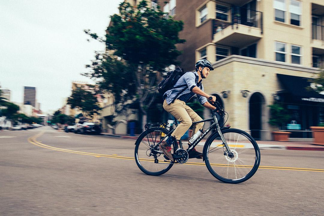 Anh chàng to khỏe sử dụng xe đạp làm phương tiện di chuyển đến công ty