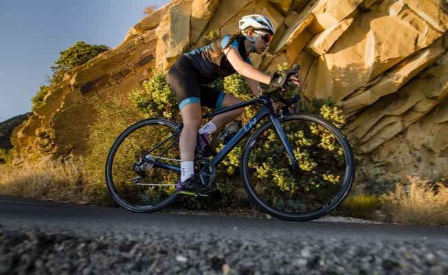 Tay đua nữ tập luyện siêng nay trên xe đạp đua nữ Liv