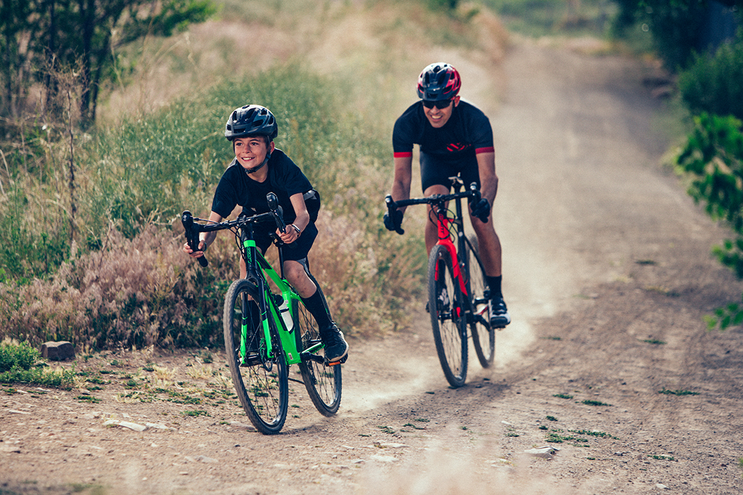 Hai người mới bắt đầu thử sức trên chiếc xe đạp cuộc của mình