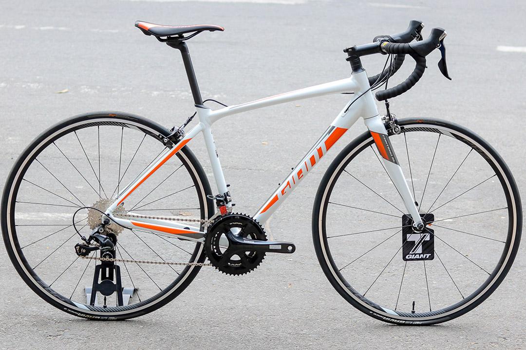 Xe đạp cuộc Giant Contend SL 1 phiên bản màu trắng cam mới lạ