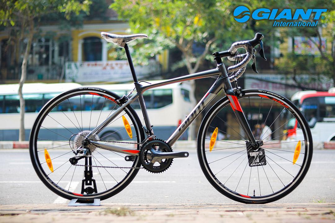 Xe đạp cuộc Giant Contend SL 2 phiên bản đen đỏ đầy nam tính