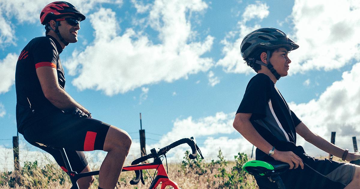 Hai anh em tạm nghỉ chân sau khi đạp xe đạp cuộc một quãng đường dài