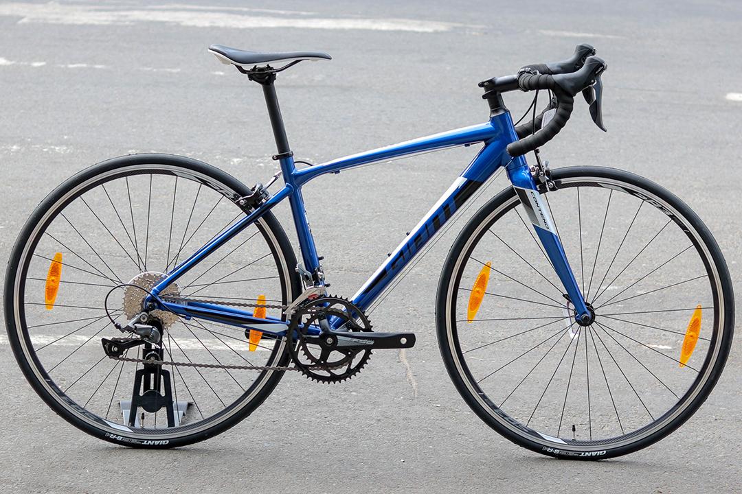 Xe đạp Giant Contend 2 với màu xanh đậm ấn tượng
