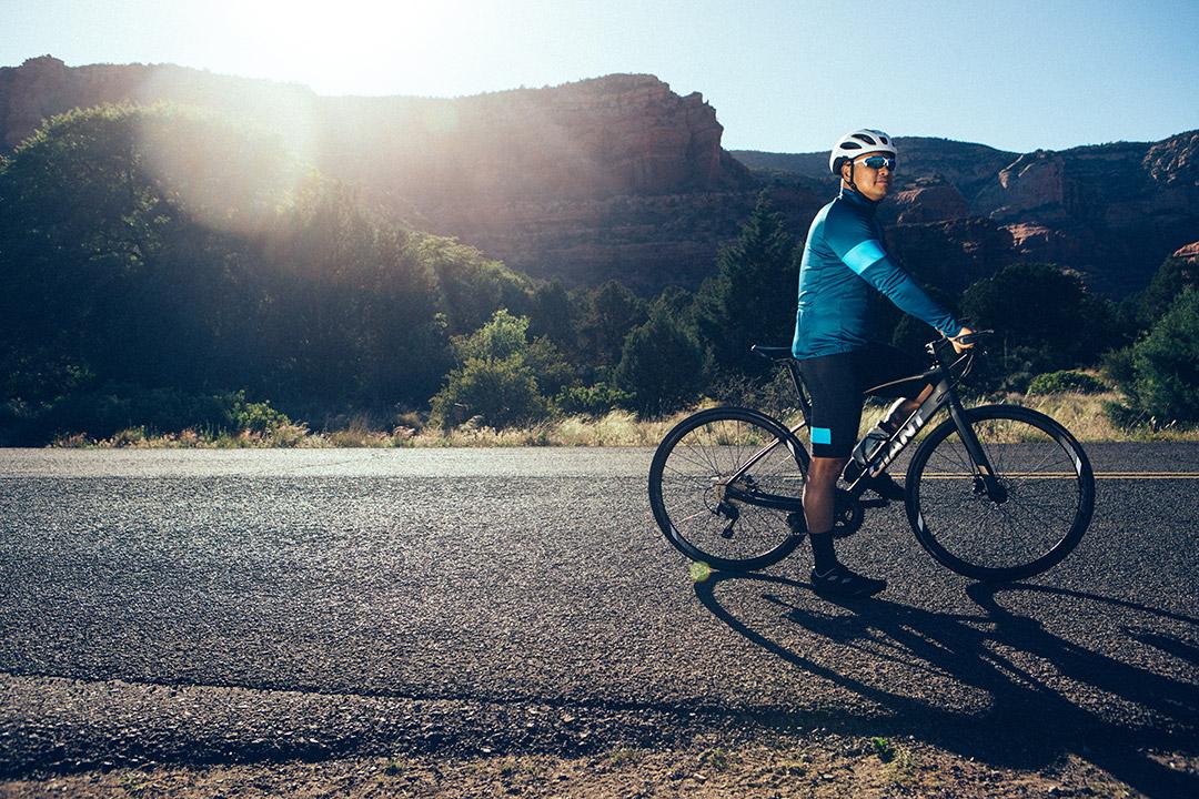 Những giọt mồ hôi lấm tấm trên gương mặt người trung niên dưới ánh nắng mặt trời sau khi luyện tập cùng xe đạp Giant