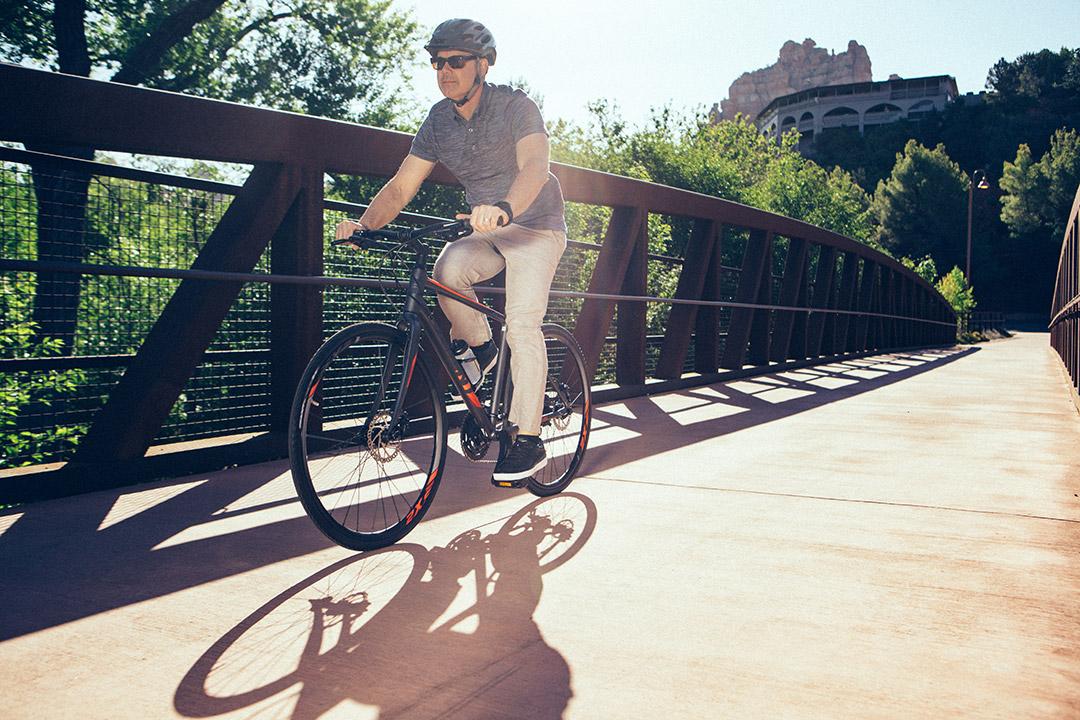 Người trung niên lái xe đạp Giant dạo quanh thành phố