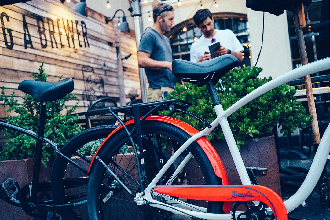 Hai người bạn hẹn cafe và nói chuyện về những chiếc xe đạp