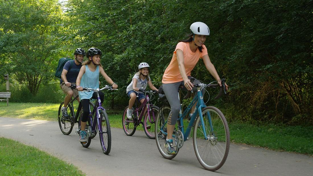 Gia đình nhỏ dã ngoại bằng xe đạp ven rừng