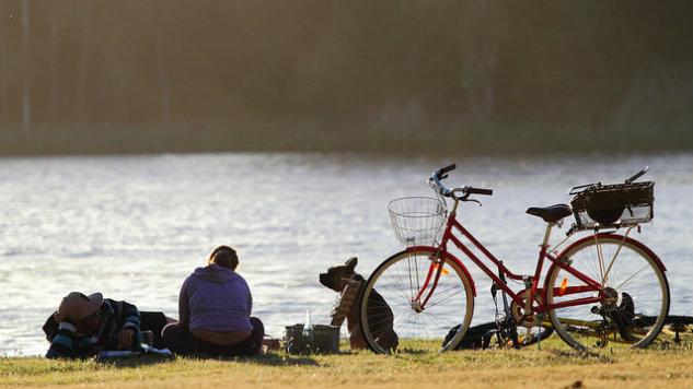 Dã ngoại cạnh bờ sông với không khí mát mẽ
