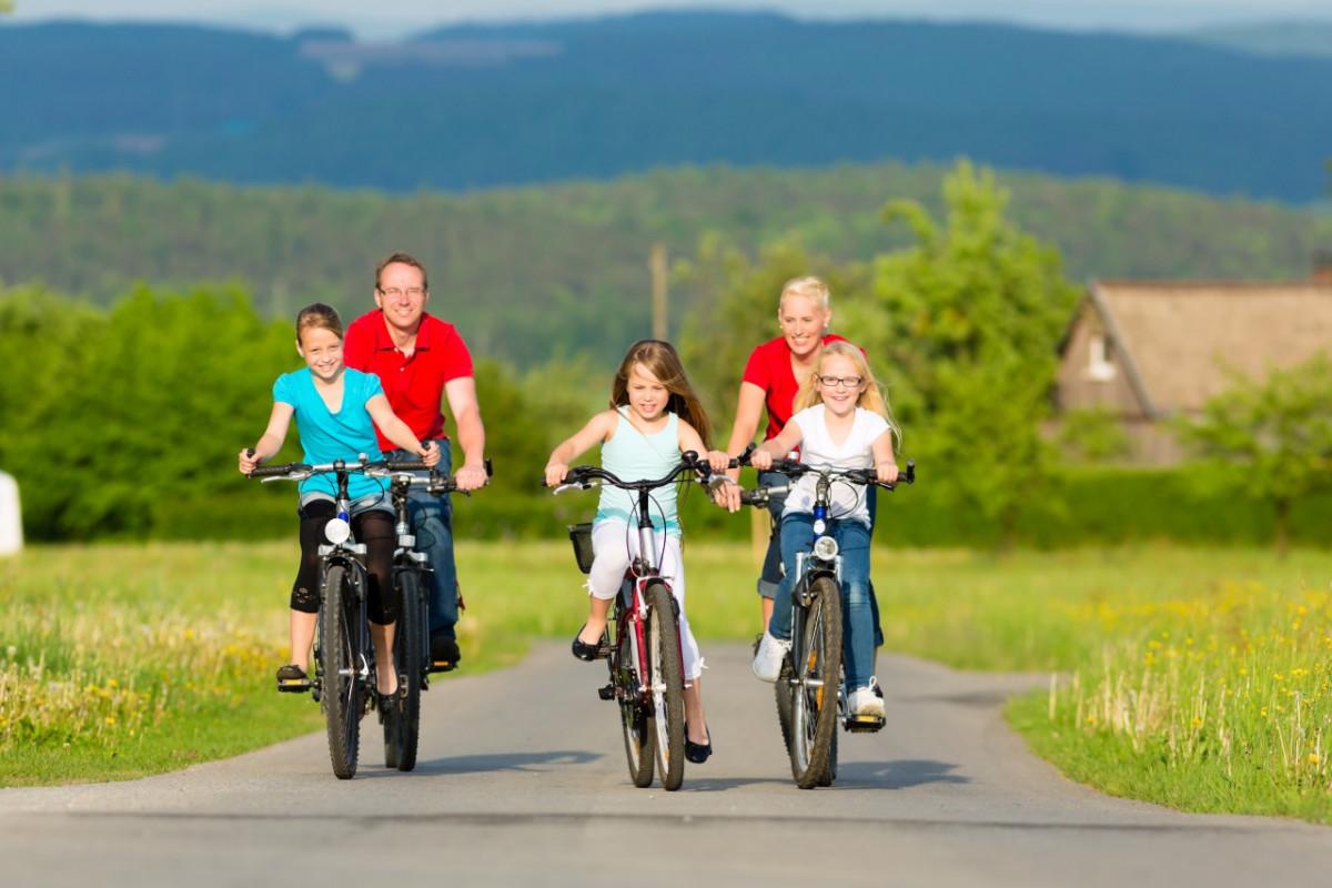Cả gia đình đạp xe hạnh phúc bên nhau