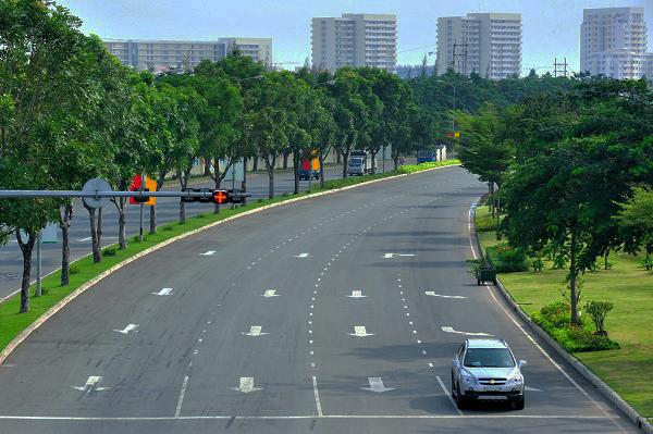 Đại lộ Nguyễn Văn Linh với hai hàng cây xanh bên đường