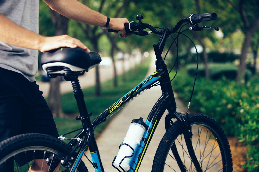 Luôn mang theo nước mỗi khi đạp xe vào mùa hè